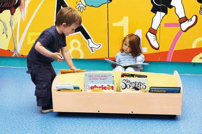 bac livres en bois sur roulettes nowa szkola coin. Black Bedroom Furniture Sets. Home Design Ideas